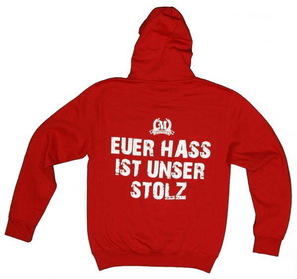 """Kapuzen Pullover """"München Euer Hass ist unser Stolz"""" in rot Kapuzen Pullover """"München Euer Hass ist unser Stolz"""" in rot. Der Klassiker unter den München-Hoodies. Doppelseitig bedruckt. Beste Qualität. Material: 80% Cotton/Baumwolle 20% Polyerster Der Kapuzen Pullover München Euer Hass ist unser Stolz war bisher nur an unserem Fanshop im U-Bahnhof Fröttmaning bei Heimspielen des FC Bayern München erhältlich. Ab jetzt gibt es diesen Pullover für Euch auch in unserem Online-Shop. Wenn Ihr diesen Pullover bestellen solltet, haltet es (sowie auch Euere anderen roten Fanartikel) immer in Ehren! Dieses SweatShirt ist mit viel Leidenschaft und Herzblut von unserem Fan-Point Team entworfen worden und hält von seiner Qualität her ewig. Einige von uns sind schon seit 1972 oder länger dabei, andere noch nicht so lange, oder manche erst relativ neu, aber alle sind rot bis unters Dach. Die ersten eigenen Fanartikel stellten wir damals im Olympiastadion her und 1994 haben wir dann unseren ersten Verkaufsstand am Oly gehabt. Für uns gilt es also wirklich """"rot und weiss – ein Leben lang"""". Wir versuchen ständig zusammen mit unseren Produzenten die Qualität und die Designs zu verbessern. Das herstellen von rot-weissen Fanartikeln für uns nicht einfach ein Beruf, """"nein"""" es ist eine Berufung und unsere größte Freude ist, wenn sie Euch gefallen. Euer Fan Point Team."""