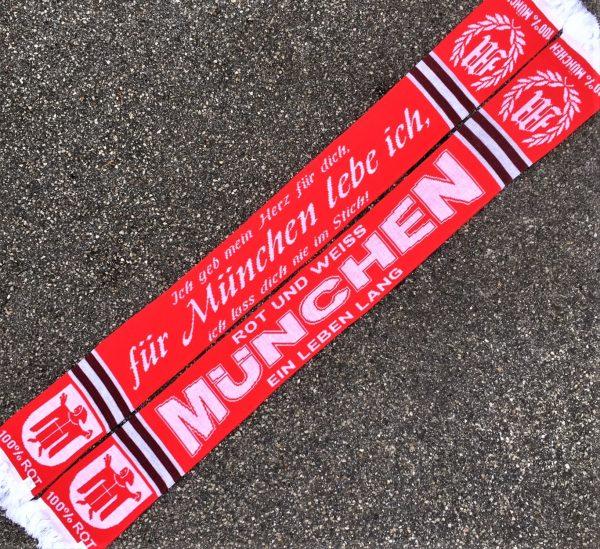 """Schal """"ICH GEB MEIN HERZ FÜR DICH"""" Neu! Der Schal """"MÜNCHEN-ICH GEB MEIN HERZ FÜR DICH"""" mit zwei richtig guten Motivseiten. Für alle die München lieben ! Material 100% Acryl Der Schal """"ICH GEB MEIN HERZ FÜR DICH"""" war bisher nur an unserem Fanshop im U-Bahnhof Fröttmaning bei Heimspielen des FC Bayern München erhältlich. Ab jetzt gibt es diesen Schal für Euch auch in unserem Online-Shop. Wenn Ihr diesen Schal bestellen solltet, haltet ihn (sowie auch Euere anderen roten Fanartikel) immer in Ehren! Dieser Schal ist mit viel Leidenschaft und Herzblut von unserem Fan-Point Team entworfen worden und hält von seiner Qualität her ewig. Einige von uns sind schon seit 1972 oder länger dabei, andere noch nicht so lange, oder einige erst relativ neu, aber alle sind rot bis unters Dach. Die ersten eigenen Fanartikel stellten wir damals im Olympiastadion her und 1994 haben wir dann unseren ersten Verkaufsstand am Oly gehabt. Für uns gilt es also wirklich """"rot und weiss – ein Leben lang"""". Wir versuchen ständig zusammen mit unseren Produzenten die Qualität und die Designs zu verbessern. Das herstellen von rot-weissen Fanartikeln für uns nicht einfach ein Beruf, """"nein"""" es ist eine Berufung und unsere größte Freude ist, wenn sie Euch gefallen. Und hier noch eine kleine Info zu der Bezeichnung """"Jaquardschal"""", denn man sollte ja auch wissen, was man da umhängen hat. Der Jaquardschal ist ein gewebter Schal. Seinen Namen hat er von einem Herrn namens, Joseh-Marie Jaguard, dem Erfinder des Jaquardwebstuhls mit dem sich Endlosmuster mit Hilfe einer Lochkartensteuerung herstellen liesen. Das Prinzip hat sich bis heute nicht verändert und die Lochkartensteuerung ist der Digitaltechnik gewichen. So tragen millionen Fußballfans auf der ganzen Welt, Woche für Woche ihre wunderschönen """"Jauardschals"""". (Am allerschönsten sind diese Schals aber noch immer, wenn sie rot-weiss sind und München draufsteht!)"""