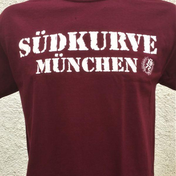 T-Shirt Südkurve in bordeauxrot Auf das neue T-Shirt Südkurve in bordeauxrot bekommt Ihr gleich mal 20% Rabatt. Material: 100 % Cotton/Baumwolle
