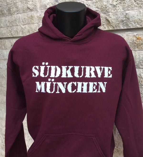 """Hoodie """"Südkurve München""""Unser neuer Hoodie Südkurve München ist in den Größen S bis XXL erhältlich.Marteial : 50% Cotton/Baumwolle, 50% PolyesterDer Hoodie Südkurve München war bisher nur an unserem Fanshop im U-Bahnhof Fröttmaning bei Heimspielen des FC Bayern München erhältlich. Ab jetzt gibt es dieses SweatShirt für Euch auch in unserem Online-Shop. Wenn Ihr dieses SweatShirt bestellen solltet, haltet es (sowie auch Euere anderen roten Fanartikel) immer in Ehren! Dieses SweatShirt ist mit viel Leidenschaft und Herzblut von unserem Fan-Point Team entworfen worden und hält von seiner Qualität her ewig. Einige von uns sind schon seit 1972 oder länger dabei, andere noch nicht so lange, oder manche erst relativ neu, aber alle sind rot bis unters Dach. Die ersten eigenen Fanartikel stellten wir damals im Olympiastadion her und 1994 haben wir dann unseren ersten Verkaufsstand am Oly gehabt. Für uns gilt es also wirklich """"rot und weiss – ein Leben lang"""". Wir versuchen ständig zusammen mit unseren Produzenten die Qualität und die Designs zu verbessern. Das herstellen von rot-weissen Fanartikeln für uns nicht einfach ein Beruf, """"nein"""" es ist eine Berufung und unsere größte Freude ist, wenn sie Euch gefallen.Euer Fan Point Team."""