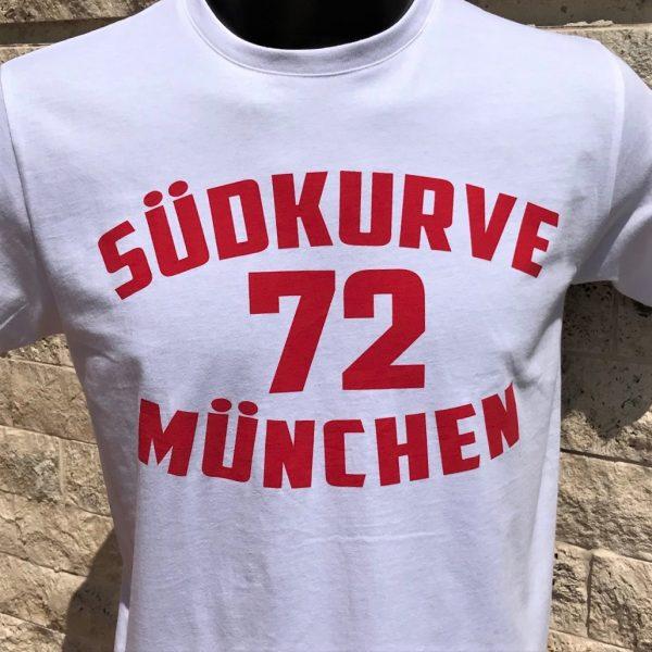 T-Shirt Südkurve München 72 in weiß Das T-Shirt Südkurve München 72 in weiß ist in den Größen S bis 3 XL lieferbar. Material: 100 % Cotton/Baumwolle