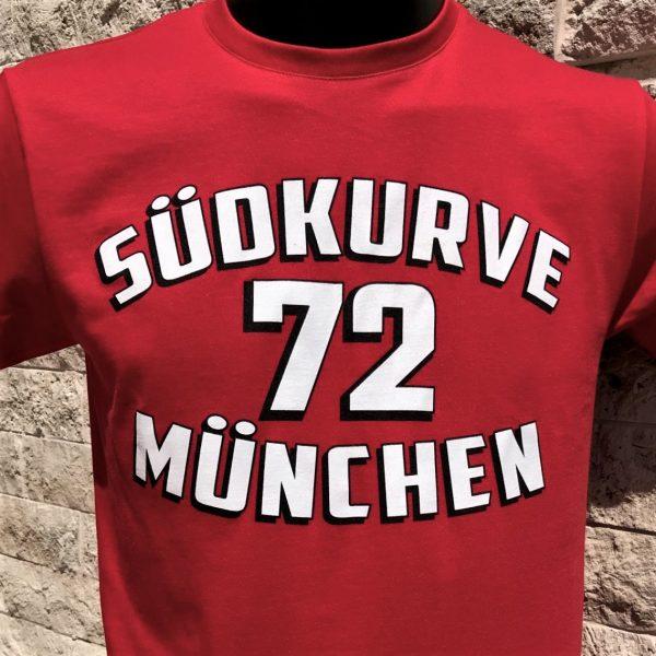 """T-Shirt Südkurve München 72 in rot Das T-Shirt Südkurve München 72 in rot ist in den Größen S bis 3 XL lieferbar. Material: 100 % Cotton/Baumwolle Dieses München T-Shirt war bisher nur an unserem Fanshop im U-Bahnhof Fröttmaning bei Heimspielen des FC Bayern München erhältlich. Ab jetzt gibt es das Südkurve München 72 T-Shirt für Euch auch in unserem Online-Shop. Wenn Ihr dieses T-Shirt bestellen solltet, haltet es (sowie auch Euere anderen roten Fansachen) immer in Ehren! Dieser Fanartikel ist mit viel Leidenschaft und Herzblut von unserem Fan-Point Team entworfen worden und hält von seiner Qualität her ewig. Einige von uns sind schon seit 1972 oder länger dabei, andere noch nicht so lange, oder manche erst relativ neu, aber alle sind rot bis unters Dach. Die ersten eigenen Fanartikel stellten wir damals im Olympiastadion her und 1994 haben wir dann unseren ersten Verkaufsstand am Oly gehabt. Für uns gilt es also wirklich """"rot und weiss – ein Leben lang"""". Wir versuchen ständig zusammen mit unseren Produzenten die Qualität und die Designs zu verbessern. Das herstellen von rot-weissen Fanartikeln für uns nicht einfach ein Beruf, """"nein"""" es ist eine Berufung und unsere größte Freude ist, wenn sie Euch gefallen. Euer Fan Point Team. *T-Shirt Südkurve München 72"""
